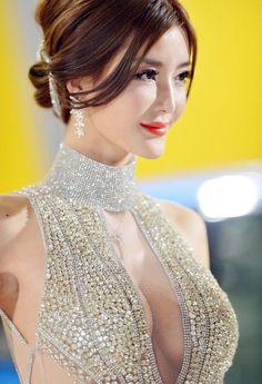 Li Ying Zhi 李颖芝 popular Chinese model from Qingdao. Standing at 177 cm Li Ying Zhi has very long, model-esque legs and sexy curves. Beauty Full Girl, Beauty Women, Beauté Blonde, Belle Silhouette, Chinese Model, Beautiful Asian Women, Sexy Asian Girls, Asian Woman, Asian Beauty