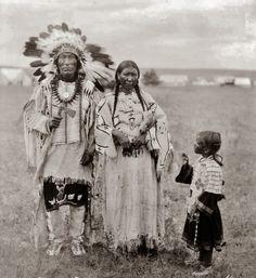 Yankton-Dakota+Sioux-Dress-Clothes-Design-Iron+Hail-Granddaughter-1920.jpg 767×836 pixels