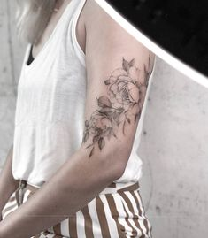 There are many kinds of floral tattoo designs. Each of us has different personalities, different hobbies, and different ideas, so the choice of floral tattoos is not the same. Tattoo Artists Near Me, Famous Tattoo Artists, Female Tattoo Artists, Tattoos For Guys, Cool Tattoos, Tattoo Girls, Skull Rose Tattoos, Dragon Tattoos, Flower Tattoos