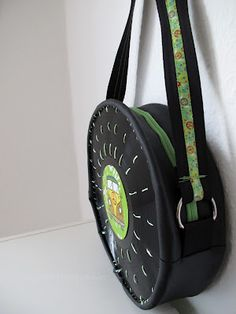 Super cool tutorial on how to make this vinyl record bag. Tutorial is in German, but reading it with Google translate makes it both understandable and hilarious.