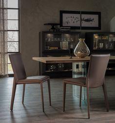 Sedia Vittoria by Paolo Cattelan per Cattelan Italia, con struttura in acciaio rivestita in ecopelle. Dal design moderno ed elegante, è una seduta ampia e ben sagomata.
