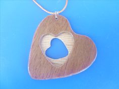 Pendente in legno. Wooden necklace.