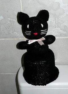 Auf der Ablage im Auto oder als Hut im Badezimmer - Klorollenhüte sind wieder IN !  Dieser hier passt auf eine handelsübliche Toilettenpapierrolle und ist etwas für Katzenfans. Die Katze ist mit Füllwatte ausgestopft und sitzt fest auf dem Klorollenhut.