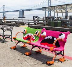 Große Monster auf Parkbänken gesichtet.