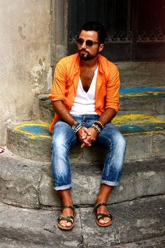 Orange Shirt, White Henley Shirt, Blue Skinny Jeans, Brown Bracelets and Olive Leather Sandals gives much a stylish look Sharp Dressed Man, Well Dressed Men, Stylish Men, Men Casual, Casual Jeans, Look Man, Hommes Sexy, Fashion Sandals, Mode Style