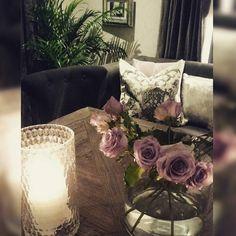 En god natt  til dere alle fra oss  @classicliving #classicliving #drivved #fioripute #londonspisebord #roser #interiorandhome #interiorforyou #interiordesign #interior123 #homedecor #homefashion #intetior125 #interior444