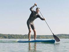 Der neue Sommertrend heißt Stand Up Paddling: Es ist schnell zu lernen, macht Spaß und ist nebenbei ein super Ganzkörper-Workout ist.