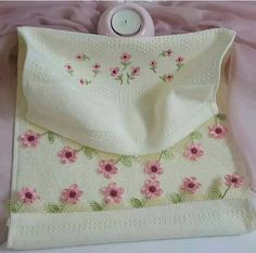 This Pin was discovered by Ays Linen Towels, Needle Lace, Elsa, Diy And Crafts, Projects To Try, Coin Purse, Lunch Box, Embroidery, Pattern