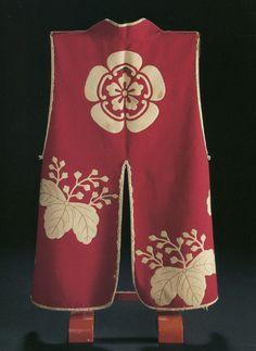 jinbaori(Clothes to wear on top of the armor). warlord Nobunaga Oda was wearing. 16 century「緋羅紗地木瓜紋付桐模様陣羽織」伝信長より秀吉拝領 桃山時代 十六世紀(大阪城天守閣蔵)