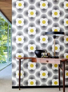 Retro stylised flower heads in a feel geometric wallpaper design by Orla Kiely. Yellow Grey Wallpaper, Modern Wallpaper, Geometric Wallpaper, Designer Wallpaper, Pattern Wallpaper, Print Wallpaper, Room Wallpaper, Orla Kiely, Retro Home Decor