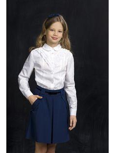 Романтичная блузка с круглым воротничком и оборками в верхней части.