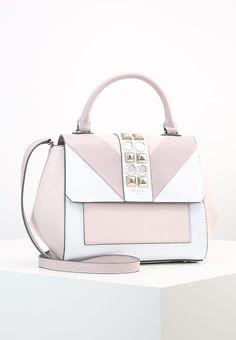 a170d6ba9c 8 meilleures images du tableau sacs | Guess purses, Beige tote bags ...