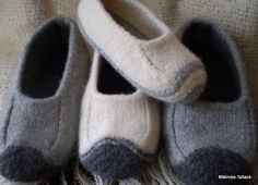 free knitting patterns, yarns and knitting supplies - Mindie Tallack Duffers (revisited) Felted Slippers Pattern, Knitted Slippers, Knitting Socks, Free Knitting, Knit Socks, Free Sewing, Felt Shoes, Baby Shoes, How To Purl Knit