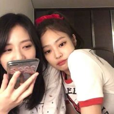 Find images and videos about kpop, icon and blackpink on We Heart It - the app to get lost in what you love. Otp, Kim Jennie, Yg Entertainment, Black Pink ジス, Blackpink Memes, Blackpink Photos, Girls Selfies, Blackpink Jisoo, Kpop Aesthetic