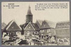 MARKEN. De Groote Watersnood van 1916. De plaats waar eens 13 huisjes stonden, die door de kracht van het water allen weggeslagen werden, waarbij een oud vrouwtje van 80 jaar het leven liet. Kerkbuurt Westzijde. De mannen zijn: K. Dolfijn en Pieter Sijmen. Hier aan de Westzijde zijn geen 13 huizen vernield, maar 6. De regenputten van de vernielde huizen zijn waarneembaar. #NoordHolland #Marken