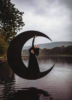 Dark Photography, Creative Photography, Halloween Photography, Moon Witch, Best Portraits, Witch Art, Halloween Kostüm, Boudoir Photos, Sky