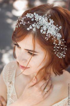 Купить или заказать Свадебный венок из жемчуга для волос. Венок на голову для невесты в интернет-магазине на Ярмарке Мастеров. Веночек из натурального речного жемчуга и горного хрусталя, одно из первых украшений линии LUXE от Pretty You Потрясающий блеск горного хрусталя и ненавязчивое мерцание жемчуга - роскошное украшение для настоящей Леди. Крепление: гребень в самой массивной части украшения. Гребень легко вставляется в любую прическу и крепко фиксирует украшение. Веточки можно гнуть…