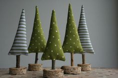 Set bestehend aus 5 weihnachtlichen Tannenbäumchen zum Hinstellen und Dekorieren!   Es gibt sie in der Gruppe, das sieht besonders schön stimmungsvoll aus, man kann sie natürlich aber auch...