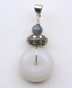 Pendentif Jade jadéite blanc et gris Belly Button Rings, Creations, Drop Earrings, Jewelry, Gray, Pendant, Money, White People, Jewellery Making
