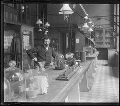 Un laboratoire de physique. [1900]-[1925]. Physique, Archive, Animation, Inspiration, Physicist, Biblical Inspiration, Physics, Body Types, Animation Movies