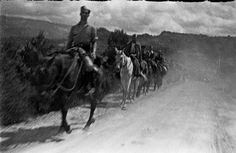 Spain - 1938. - GC - batalla del Ebro - Una columna de soldados republicanos montados a caballo transita por un camino.
