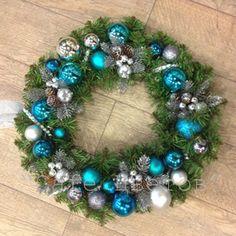 Новогодний венок с синими и серебренными шарами