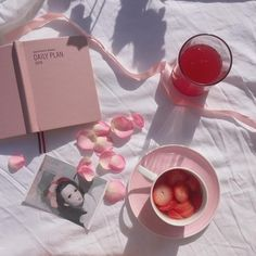 Find images and videos about pink, food and aesthetic on We Heart It - the app to get lost in what you love. Peach Aesthetic, Korean Aesthetic, Flower Aesthetic, Aesthetic Food, Aesthetic Photo, Aesthetic Pictures, Fred Instagram, Picnic Date, Cute Food