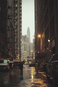 Callejones de #NuevaYork en un día lluvioso. Las historias que podrían contar esos muros son realmente incalculables.