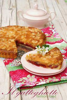 Torta frangipane con albicocche sciroppate e confettura di lampone