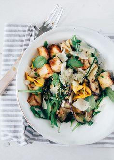 Heerlijk mediteraanse salade met gegrilde groenten (courgette en aubergine) zelfgemaakte croutons en Parmezaanse kaas snippers. Een heerlijk zomers recept.