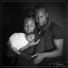 Pour immortaliser l'arrivée de ce petit ange, ces jeunes parents ont réalisé une séance photo naissance dans le Val de Marne près de Paris ! Image Couple, Couple Photos, Shooting Photo, Parents, Studio, Young Couples, Angel, Couple Shots, Dads
