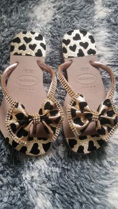 25 models of customized Havana sandals Bling Flip Flops, Flip Flop Shoes, Flip Flop Craft, Custom Flip Flops, Decorating Flip Flops, Summer Slippers, Shoe Crafts, Shoe Pattern, Shoe Art