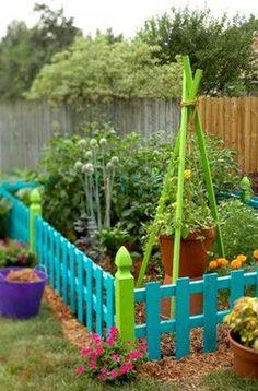 Colorful garden fence-Cute idea for your veggie garden in the backyard Sarah Cruz. Outdoor Projects, Garden Projects, Diy Projects, Outdoor Ideas, Backyard Projects, Pallet Projects, Backyard Ideas, Project Ideas, Outdoor Decor