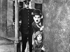 Se utilizando de uma variedade de linguagens, como circo, música, ilusionismo e teatro, Chaplin utilizou como recurso para o humor as gags (gestos corporais exagerados e repetitivos).