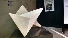 Triangulo, formas aplicadas na confecção de uma obra de arte exposta na estação paraiso.