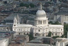St Paul's Cathedral, London, is a Church of England cathedral, the seat of the Bishop of London and mother church of the Diocese of London. Architect - Sir Christopher Wren, built between 1675 - 1720 in the English Baroque style. London Eye, London City, London Bridge, Palais De Westminster, Westminster Abbey, Historic Aerials, Big Ben, San Pablo, Church Of England
