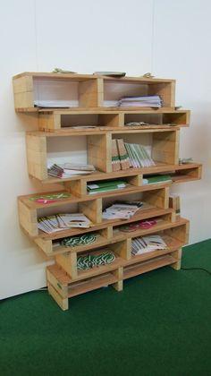 étagère à livres en palettes de bois