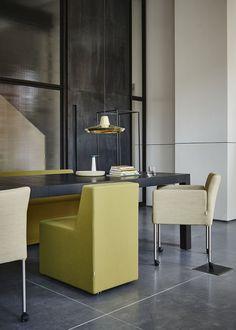Eetkamerstoel Lucca en eetkamerstoel 6901 zijn onze favorieten voor aan tafel, of het nu een vergadertafel is of een eettafel.  Design by Dick Spierenburg en Scholten en Baijings.