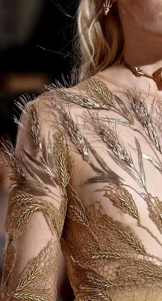 A gown made of wheat Demeter Valentino Haute Couture Fall 2015 Details Style Haute Couture, Couture Details, Fashion Details, Couture Fashion, Runway Fashion, High Fashion, Fashion Design, Fashion Trends, Gold Fashion