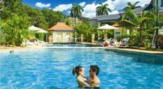 Aqualuna Beach Resort Sapphire Beach Overlooking Sapphire Beach, Aqualuna Beach Resort offers free Wi-Fi, a pool and self-contained apartments just 15 minutes' drive from Coffs Harbour Railway Station. Most units offer views of the Pacific Ocean.