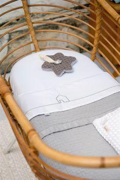 De ledikantdeken Elba Tape van Koeka is een mooie exclusieve deken met een mooi afgewerkt randje. Gemaakt van 100% katoen en speciaal voor jongens!  http://www.babyandkidsonline.nl/ledikantdeken-elba-tape