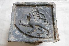 Kamnový kachel z 15. století nalezený při archeologickém výzkumu na náměstí Svobody, akce A030/2005. Foto Archaia Brno, inv. č. 9113-2005.