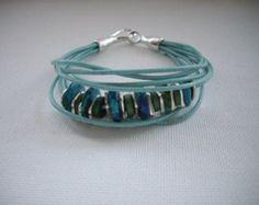Türkis Leder Multi-Strang-Armband mit Türkis, blau grün Mykonos Griechische Keramik Perlen grün Keramik Perlen und Silber Spacer Beads
