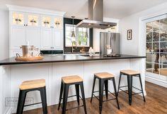 Conception d'une cuisine d'inspiration classique et moderne dans une maison de Charlesbourg. Réalisé par Sandra Lemay designer d'intérieur.