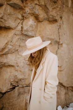 Wedding portrait with white wool coat and white hat in Rifle colorado Fall Fashion Colors, Autumn Fashion, Zoot Suit Wedding, Yellow Words, Gear Shop, Outdoor Portraits, Park Weddings, Wedding Looks, Winter Looks