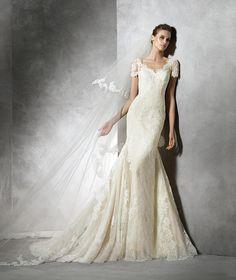TAIR - Vestido de noiva em renda com manga curta | Pronovias