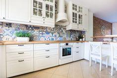 Salon z aneksem kuchennym w stylu prowansalskim
