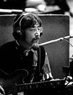 John Lennon in the studio. Beatles Love, Les Beatles, Beatles Photos, Beatles Guitar, Beatles Art, Pancho Villa, Nelson Mandela, Steve Jobs, Epiphone Casino