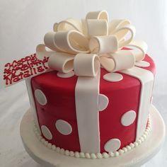 round gift box cake Source by Birthday Present Cake, 40th Cake, 40th Birthday Cakes, Birthday Box, Designer Birthday Cakes, Christmas Present Cake, Christmas Birthday Cake, Gift Box Cakes, Gift Cake