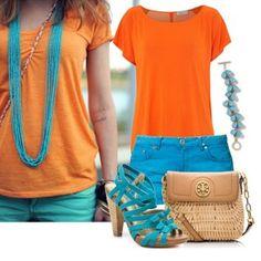 С чем носить оранжевые босоножки: бирюзовые шорты, оранжевый топ и яркая бижутерия